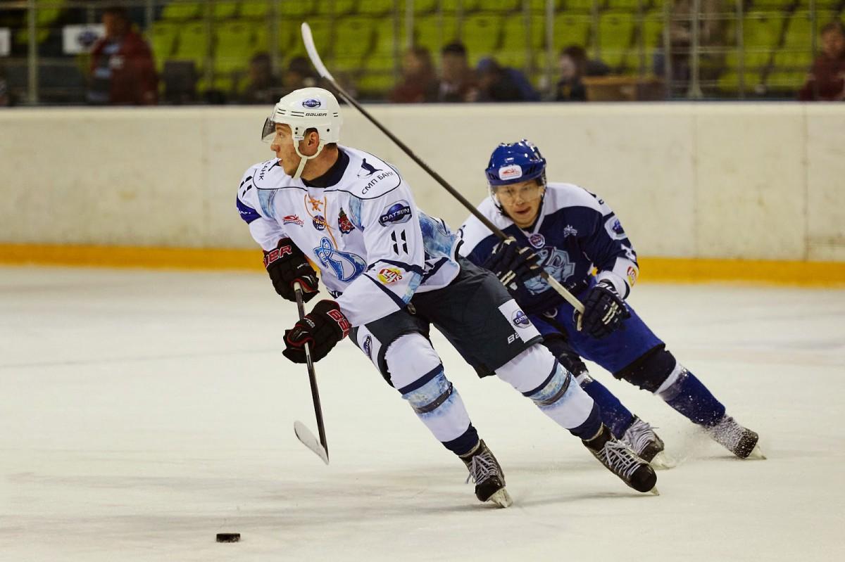 Команда «Динамо-Шинник» уверенно переиграла «Динамо» из Санкт-Петербурга в стартовом матче очередной домашней серии, а нападающий «зубров» Алексей Шантыка отметился хет-триком.