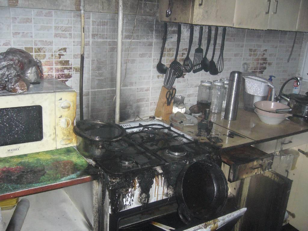Хозяйка квартиры пострадала из-за пожара на кухне.