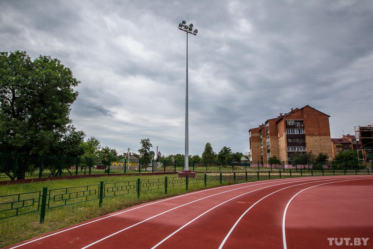 Новый стадион в Бобруйске: 2 года реконструкции, 1,5 тысячи зрителей и 28 км труб для обогрева поля