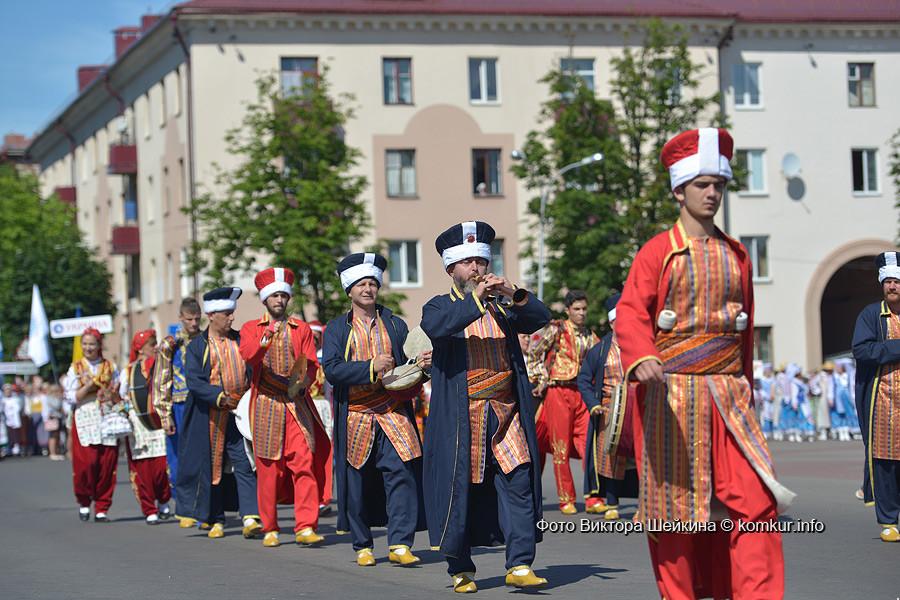 Праздничное шествие участников фестиваля по улицам Бобруйска «Фестиваль дружбы — за мир и согласие без границ»