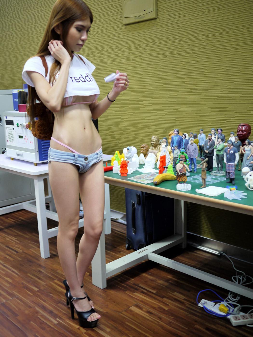 Китаянки в мини юбках 3 фотография