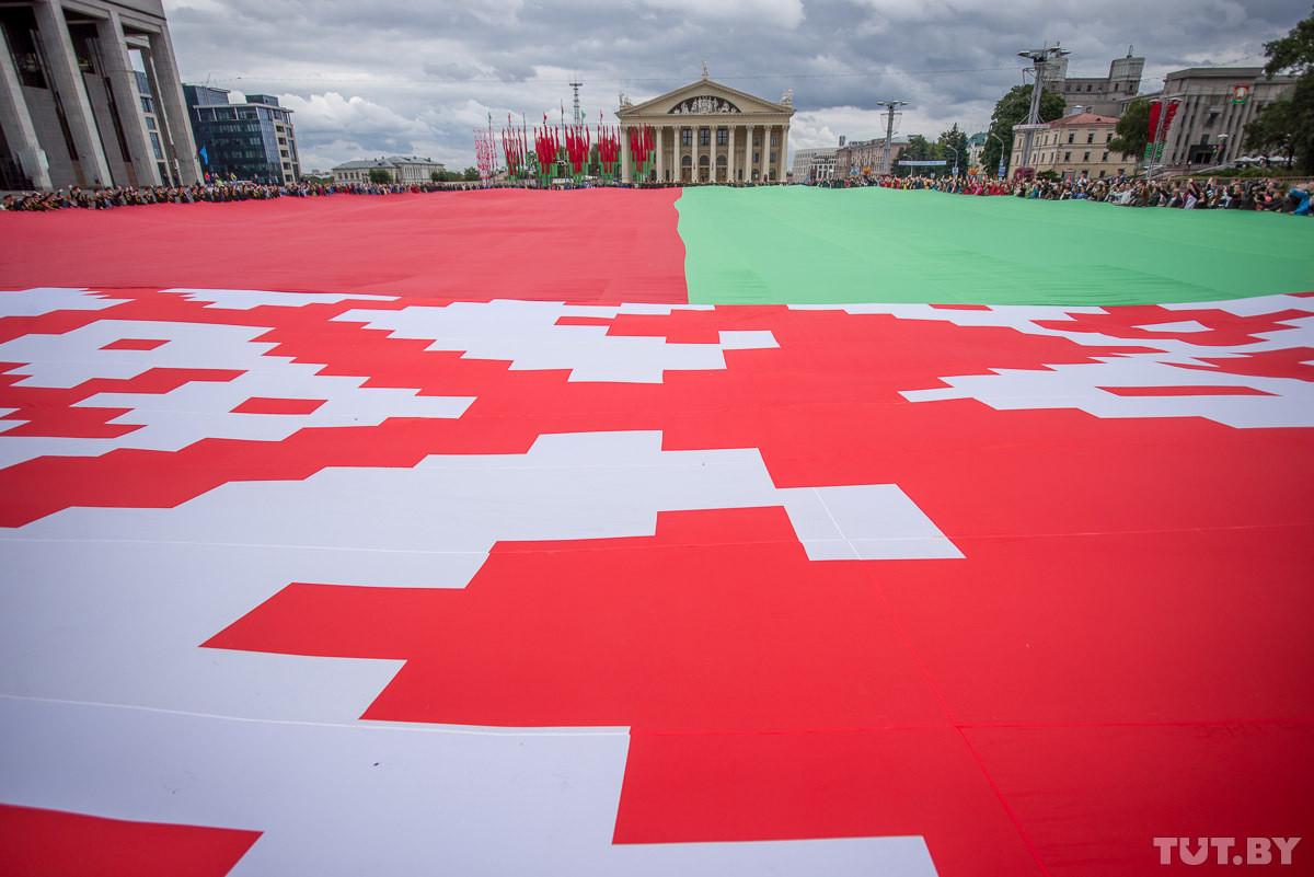 Самый большой государственный флаг Беларуси занял Октябрьскую площадь в Минске