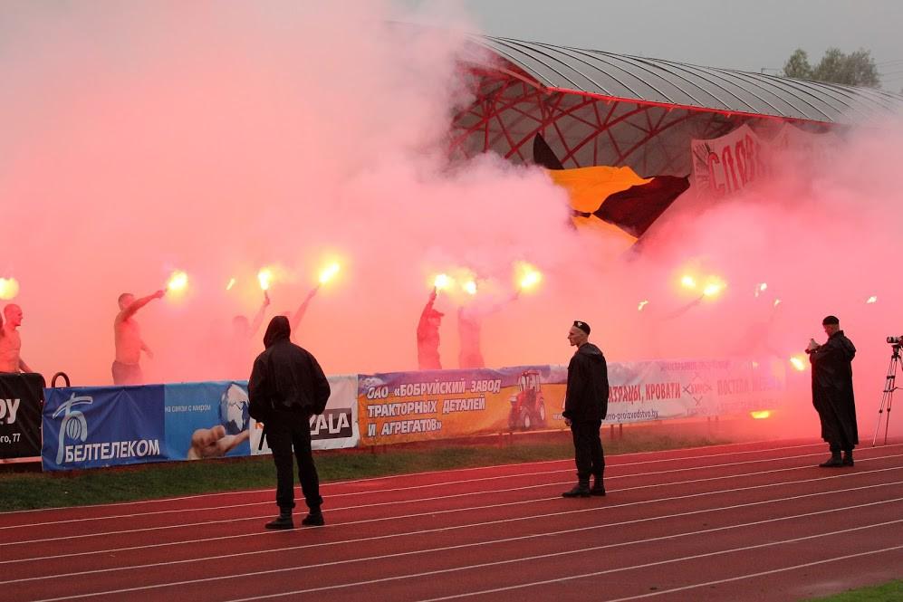 На бобруйском стадионе «Спартак» после победы «Белшины» болельщики устроили крупное файер-шоу