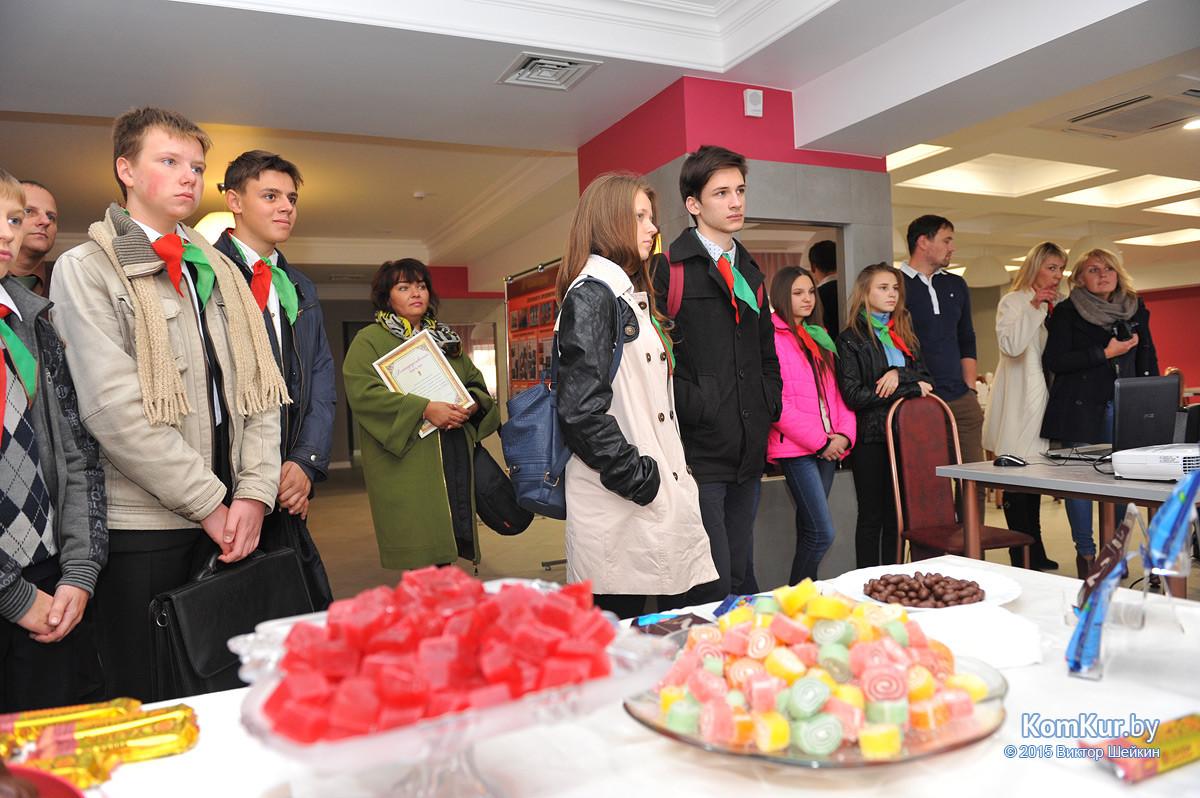 Бобруйские пионеры угостились на «Красном пищевике»