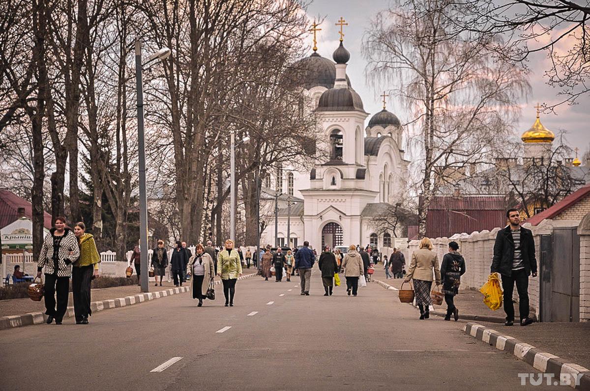VW с надписями религиозного содержания протаранил ворота Спасо-Евфросиниевского монастыря в Полоцке
