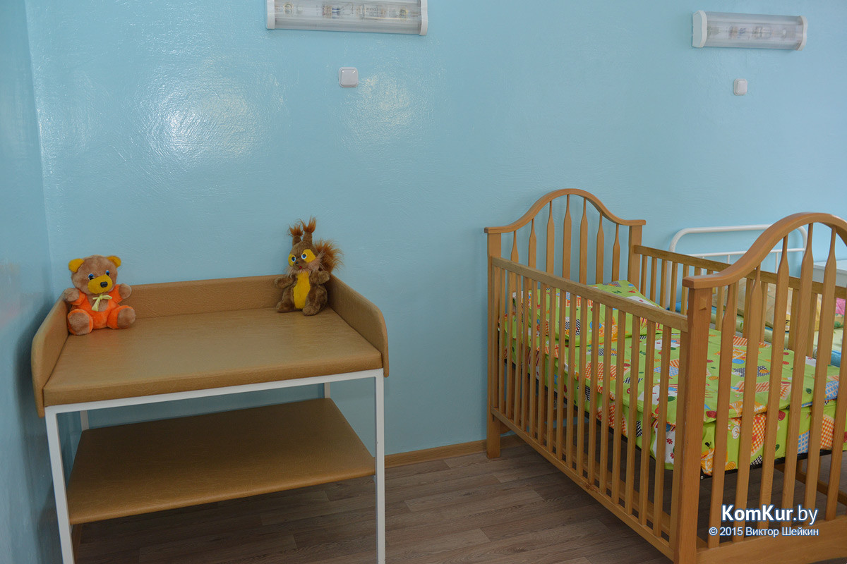 После нескольких месяцев ремонта в обновленное здание бывшего Дома ребенка переехала городская станция скорой медицинской помощи. А спустя час была перерезана красная ленточка и в третьем инфекционном отделении Бобруйской центральной больницы.