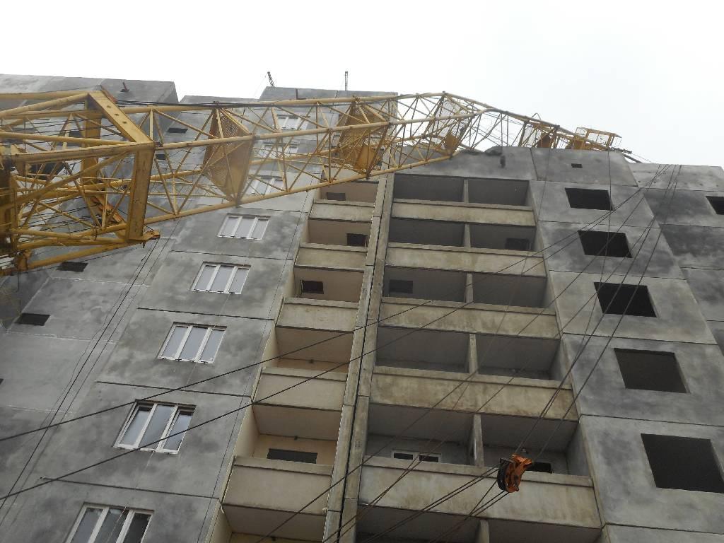 На бульваре Приберезинском в Бобруйске произошло опрокидывание башенного подъемного крана.