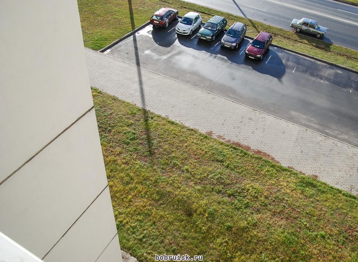 Маленькая бобруйчанка выпала из окна, пытаясь предупредить маму о заклинившей двери