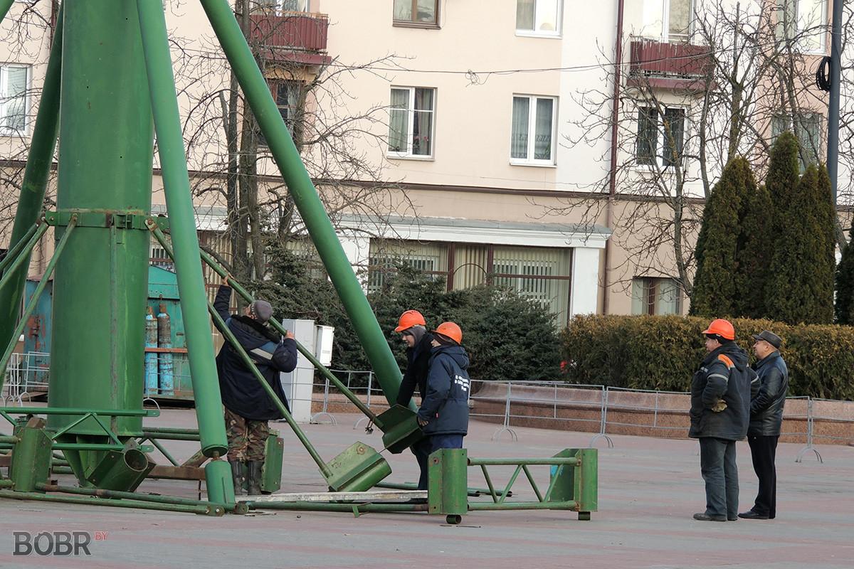 Установка главной Новогодней ёлки Бобруйска