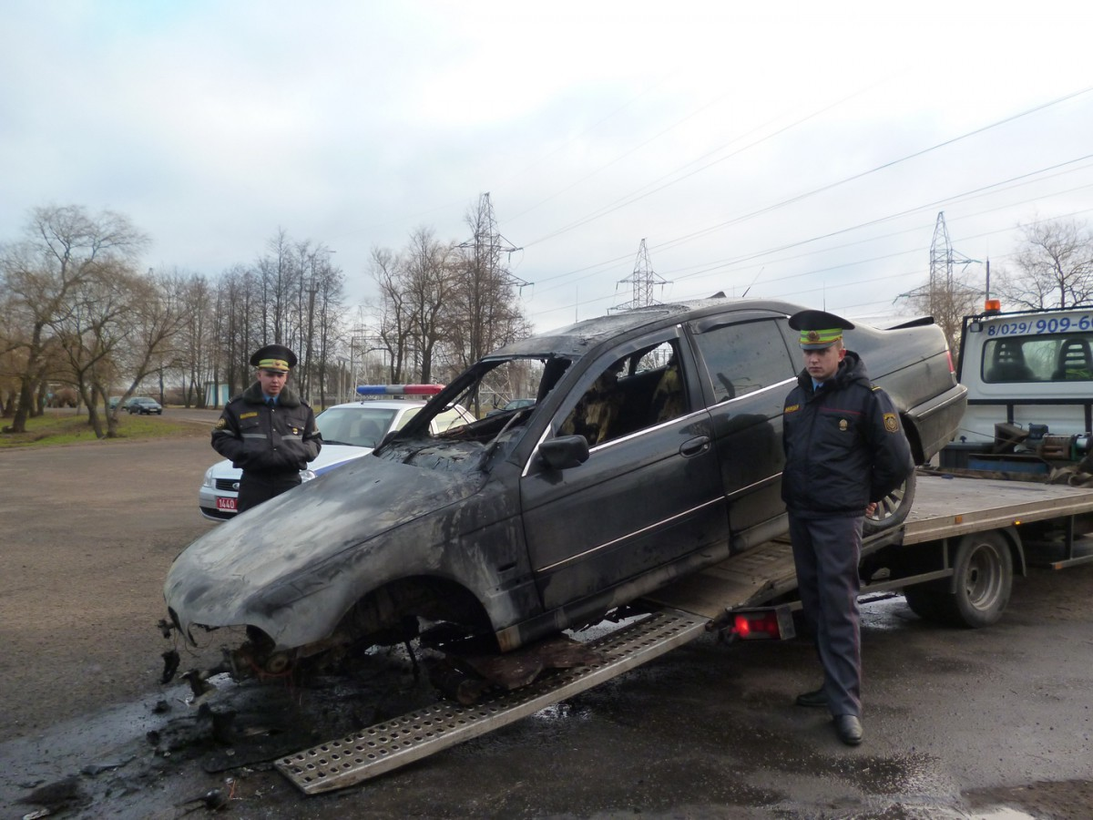 Работники ГАИ спасли человека из горящего автомобиля