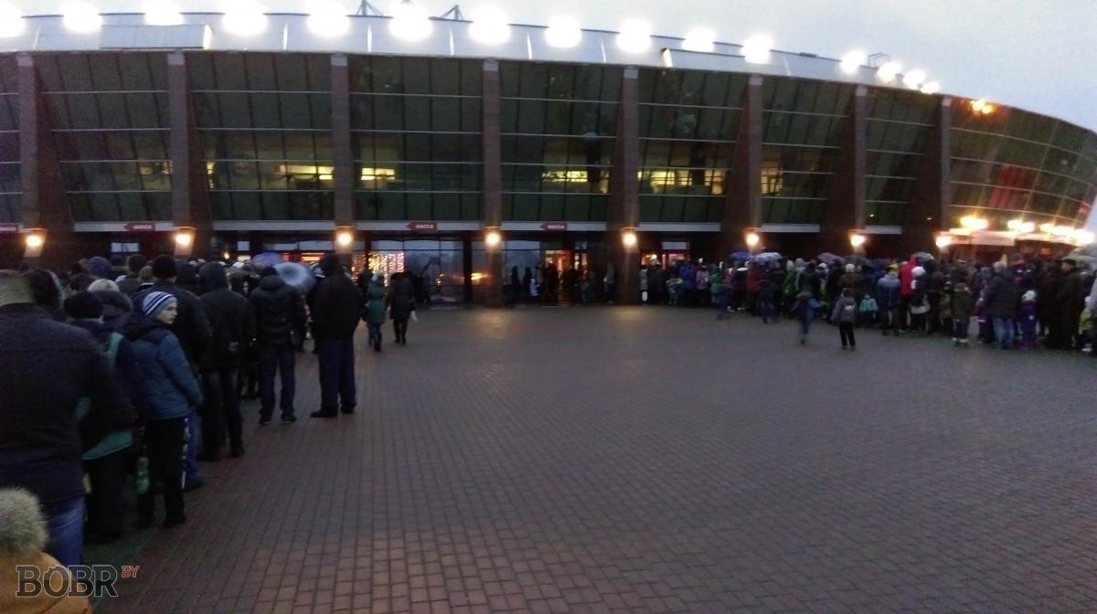 Фотофакт: очереди в «Бобруйск-Арена» на ледовое шоу