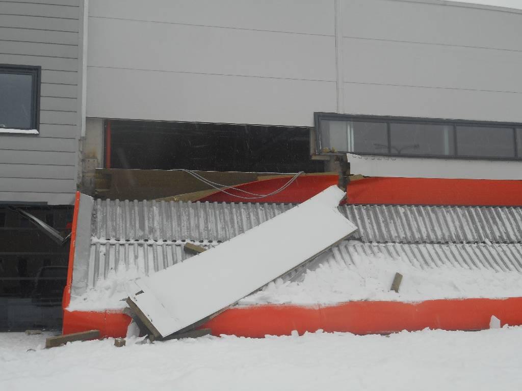 Обрушение металлического козырька в ТЦ «Практик»