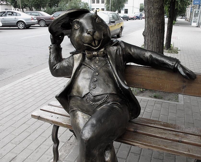 Памятник Бобру увезли на реконструкцию