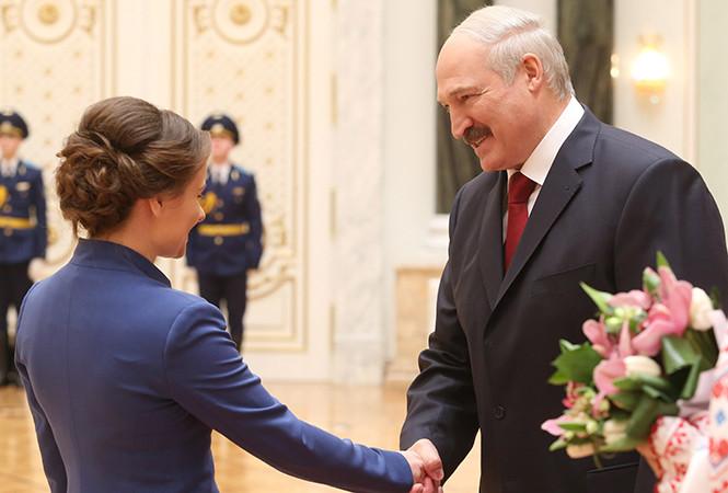 Лукашенко поздравил женщин с 8 Марта