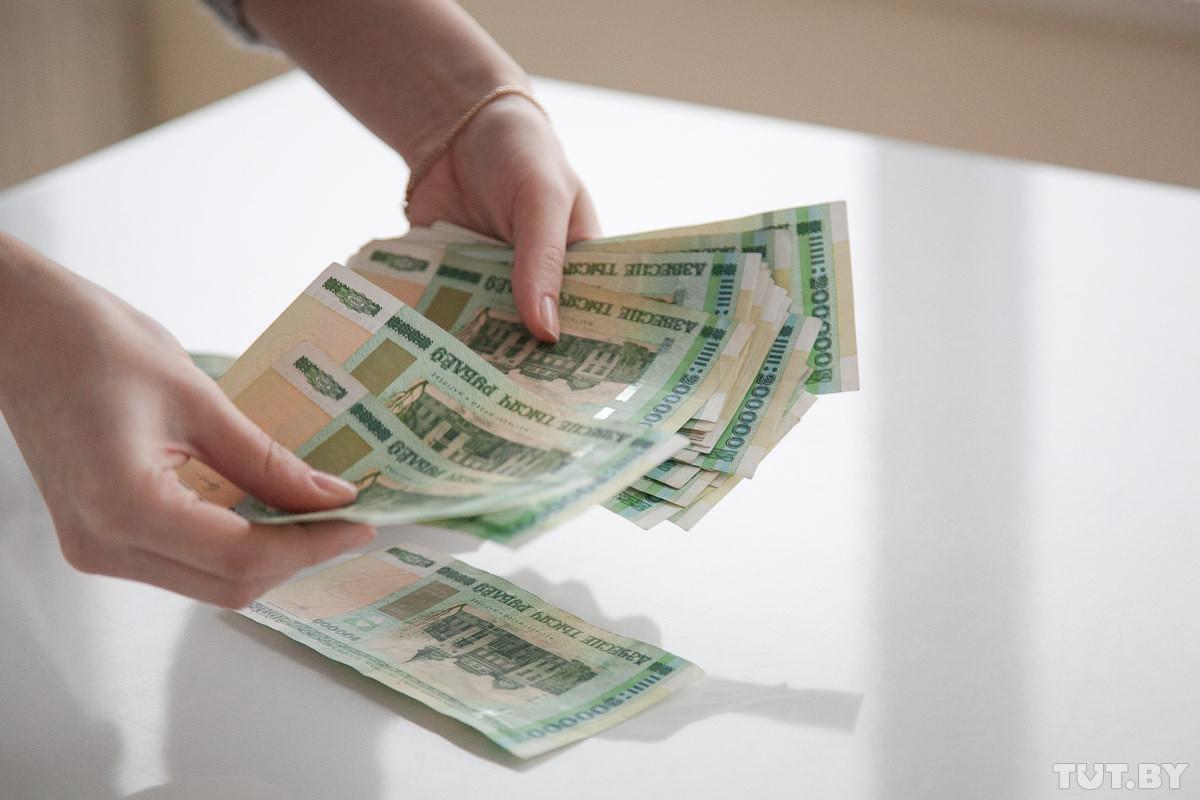 Февральская зарплата среднего белоруса едва превысила 300 долларов