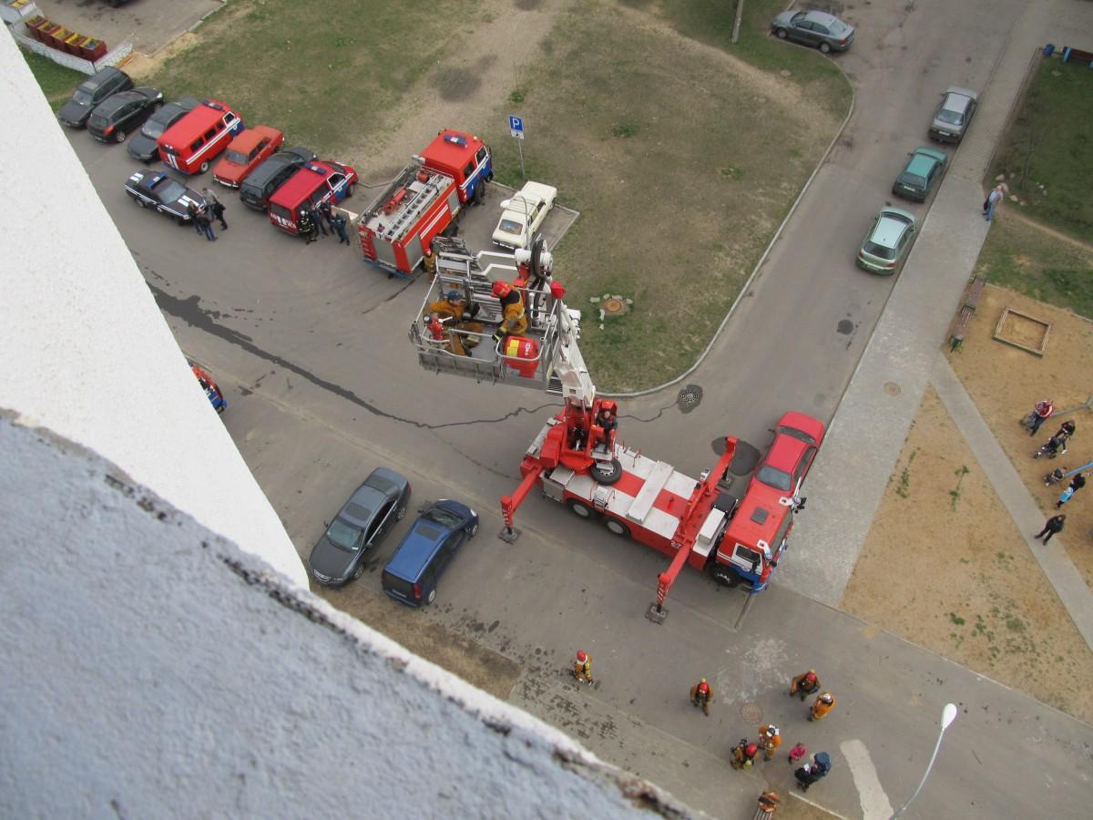 В Бобруйске провели учебную тренировку по тушению 18-этажного жилого дома.