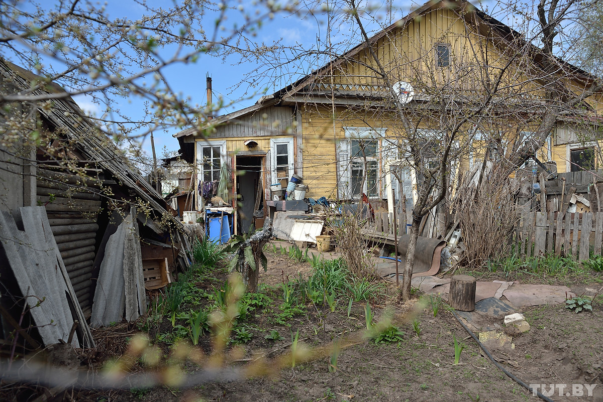 Барак борется за жизнь. В Бобруйске пять семей живут в ветхом доме без будущего