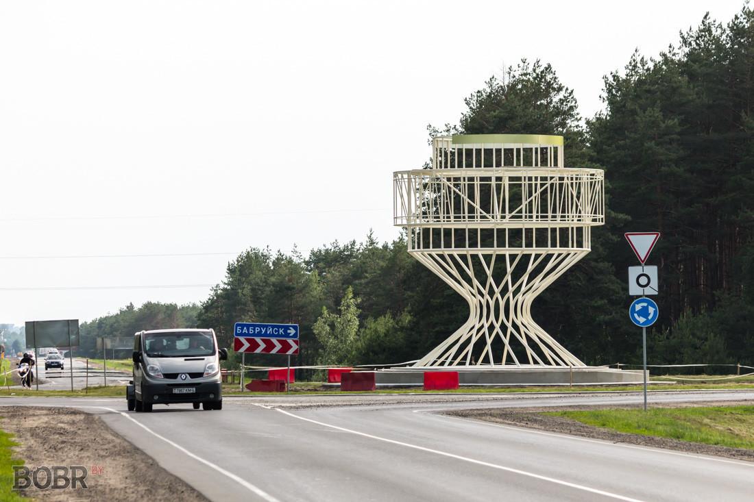 Начат монтаж нового въездного знака на кольце по Могилевскому направлению