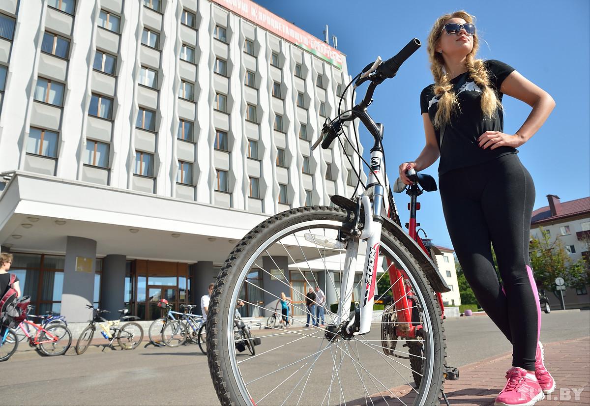 Провалы и бордюры. Как мэр Бобруйска в компании поездил на велосипеде по местным тротуарам