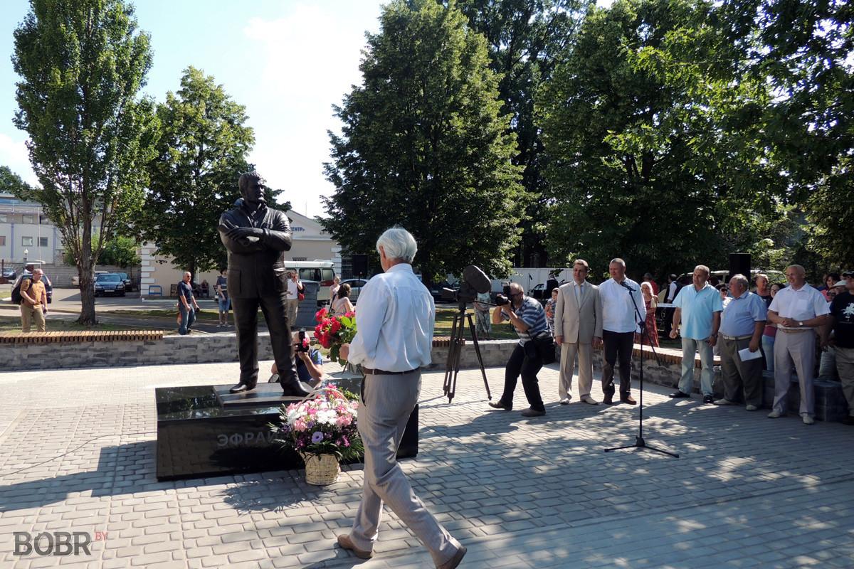 В Бобруйске открыли памятник Эфраиму Севеле