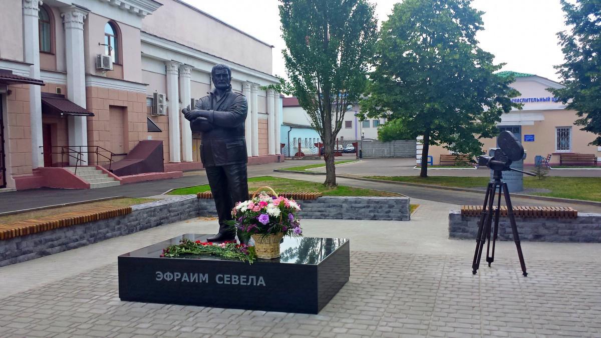 Памятник Севеле обошелся спонсорам в 30 тысяч долларов. Проектов было несколько...