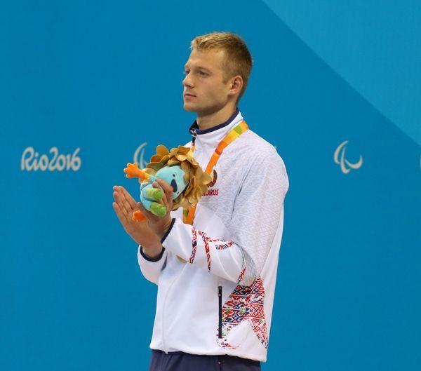 ЗОЛОТЫМИ буквами в историю Паралимпийских игр вписал свое имя белорусский пловец из Бобруйска Игорь БОКИЙ. Причем шесть раз. К приезду шестикратного чемпиона Рио домой родители заказали торт с символикой Паралимпийских игр