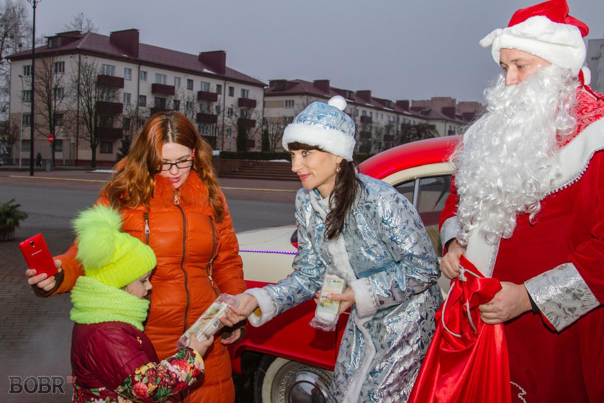 Дед Мороз и Снегурочка на «ретроавтомобиле» дарят подарки бобруйчанам