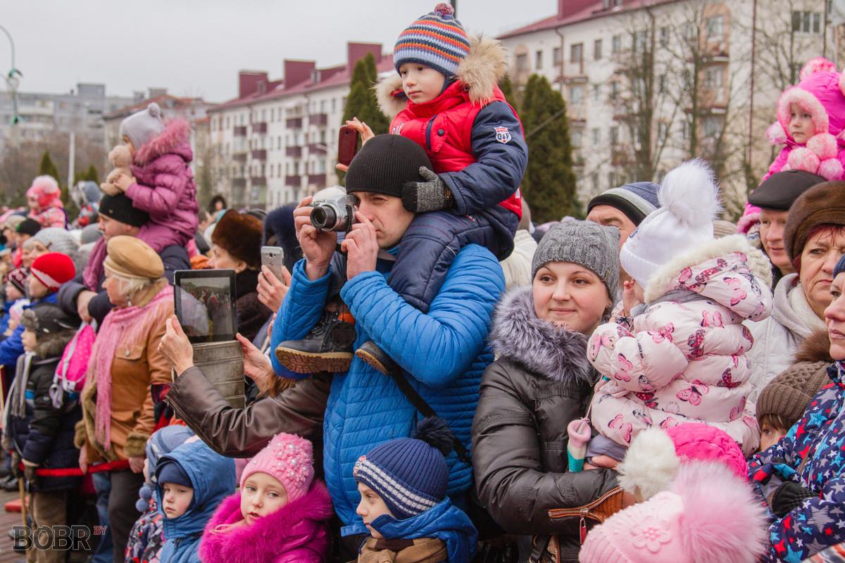 В Бобруйске прошёл парад Дедов Морозов и Снегурочек
