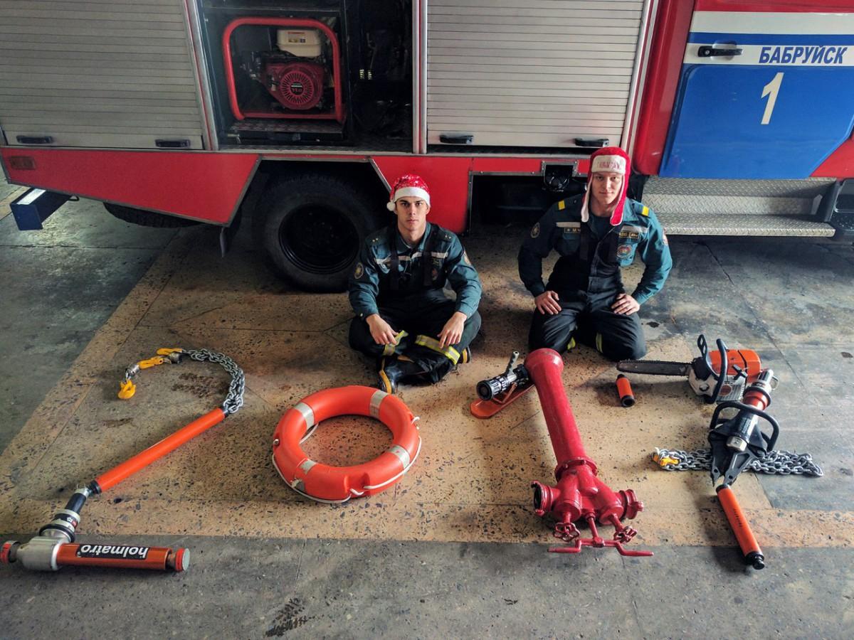 Бобруйские пожарные креативно поздравили коллег с Новым годом