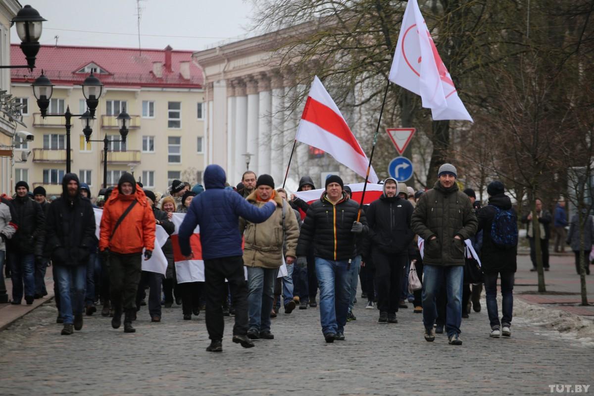 Тысячи людей вышли на митинги против налога на тунеядство в областных центрах Беларуси
