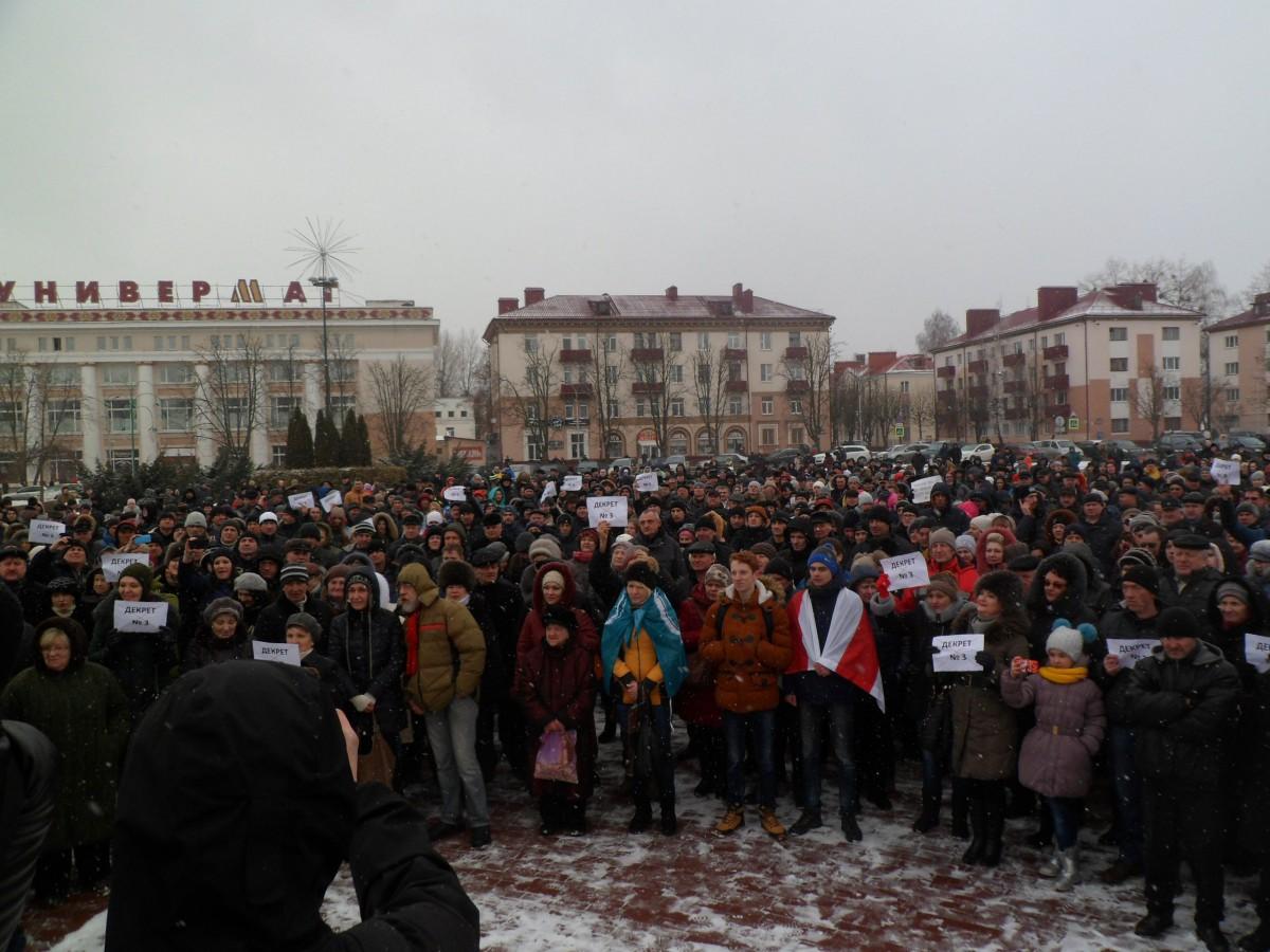 В Бобруйске прошёл митинг против декрета о тунеядцах Подробнее: https://bobr.by/news/relevant/140508.html