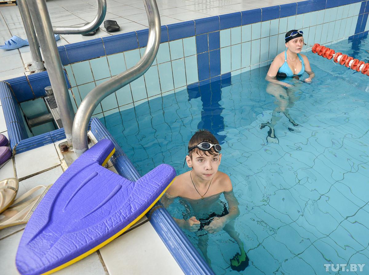 «Люди меня сами находят». Как инструктор по плаванию из Бобруйска помогает инвалидам стать на ноги