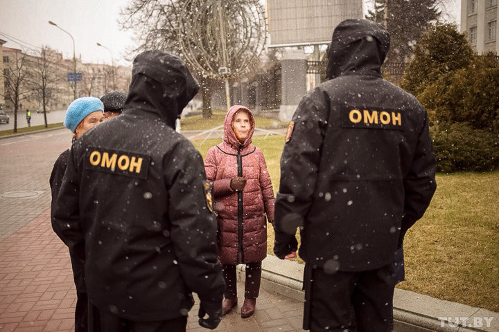 По проспекту с жесткими задержаниями. В Минске прошел День Воли