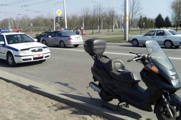Очевидцы: в Бобруйске инспектор ДПС упал на скутере, который доставлял на штрафстоянку. ГАИ: «Факт ДТП имел место»