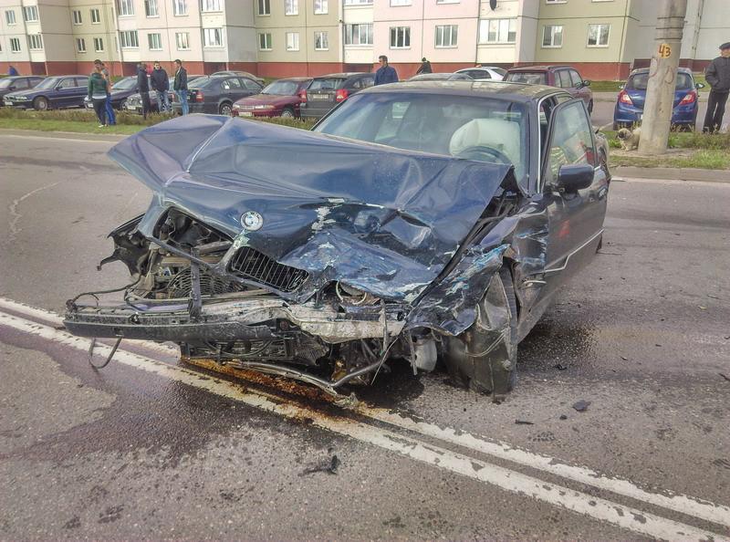 В Бобруйске Opel врезался в BMW, за рулем которого сидел школьник