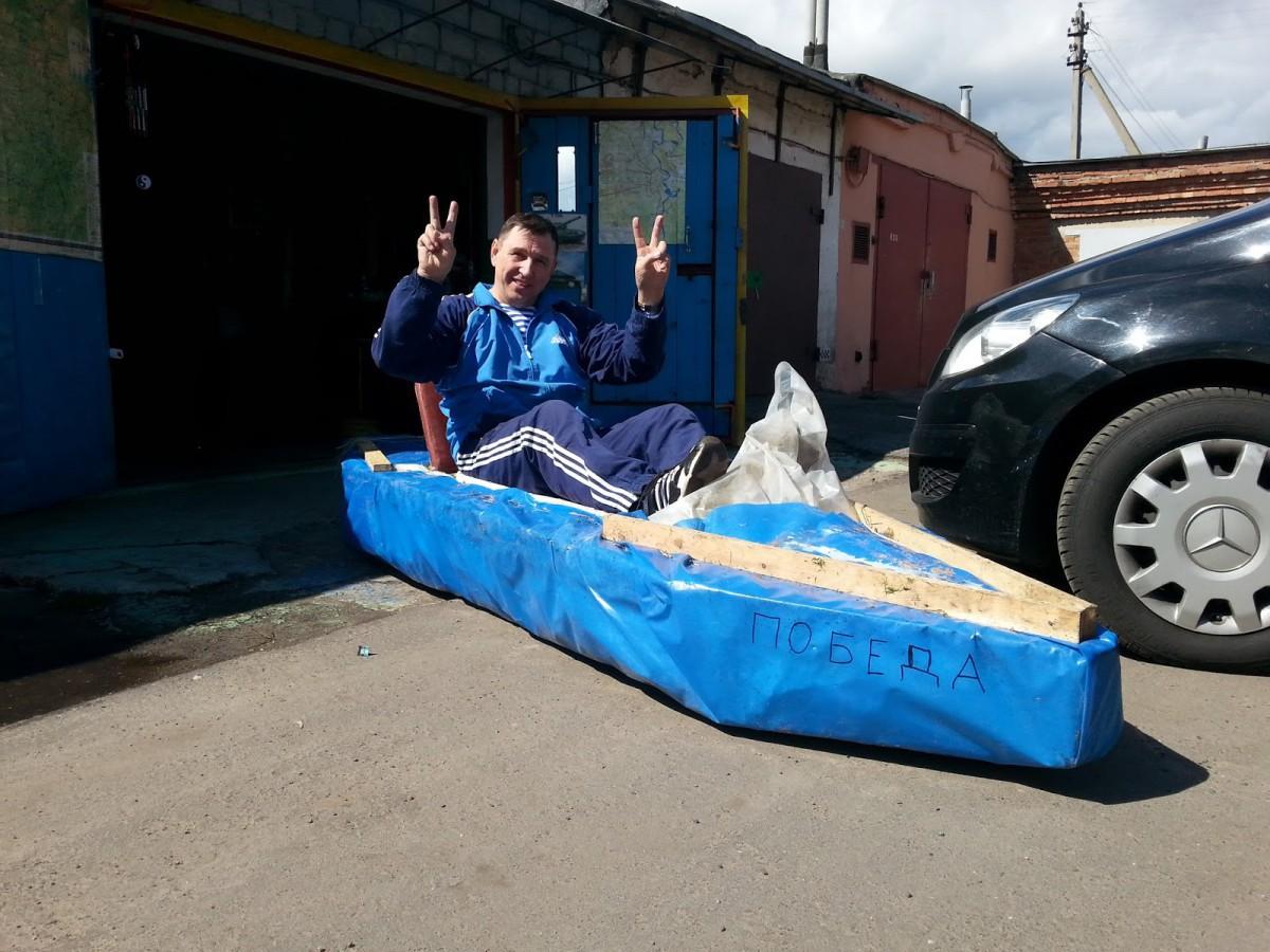 «Эта лодка непотопляема». Бобруйчанин покорил каскад Дубовских озер на каяке из детской ванночки