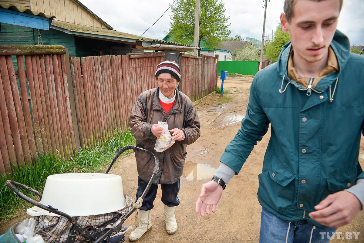 На дне. Как молодой папа-декретник помогает выжить бобруйским бомжам