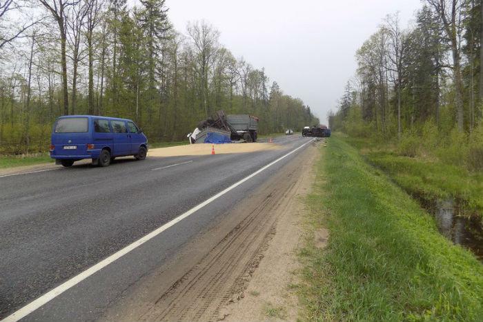 В Кировском районе Mercedes-Benz выехал под встречный МАЗ - оба водителя в больнице