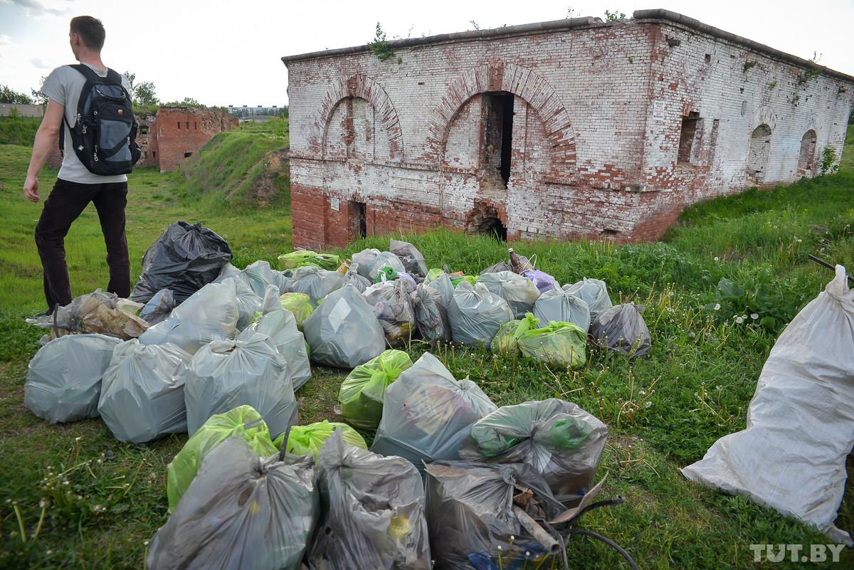 «Потомки подумают, что здесь был бар». Бобруйчане добровольно в выходные убирают мусор в крепости