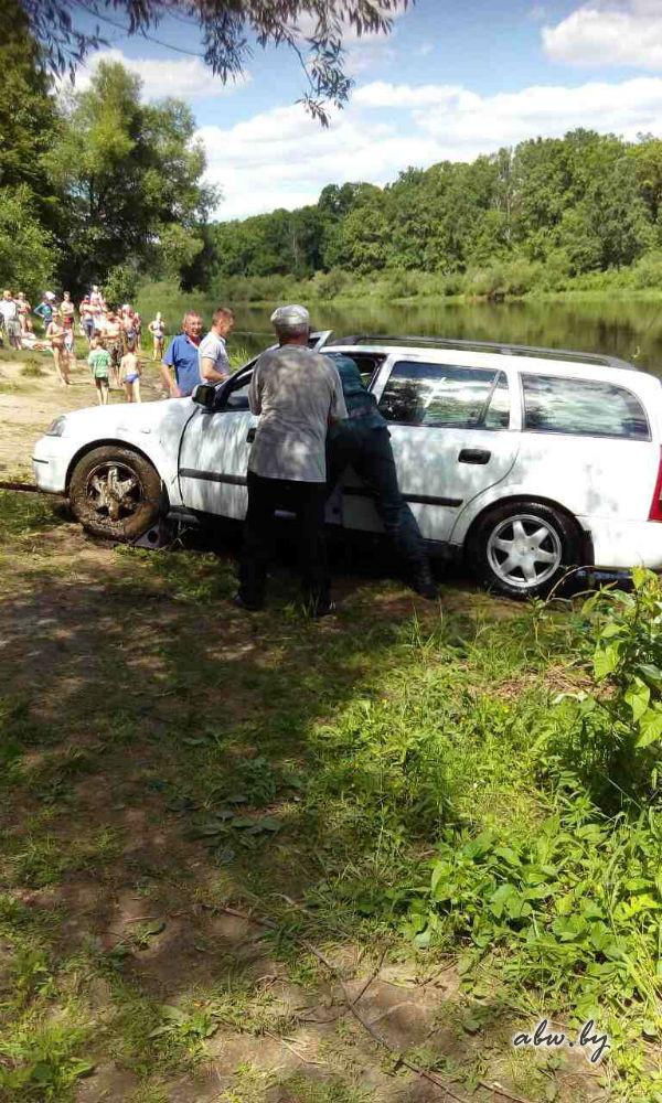 Вот так отдохнули! Opel утонул в Березине - его понесло течением