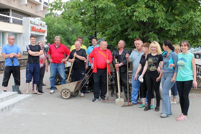 Работники КУП БФК «Белшина» провели озеленительный субботник