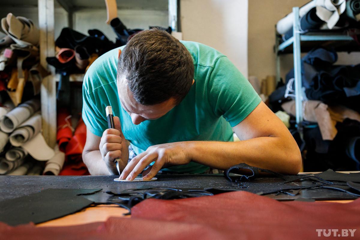 Бизнес начинался с пяти швейных машинок и небольшого цеха в Минске. Сейчас основное производство находится в Бобруйске. Как выпускник БГУИР заработал миллион на пошиве сумок.