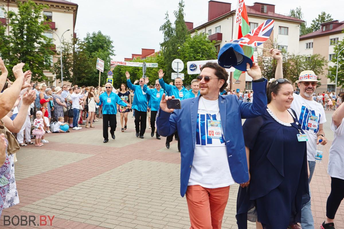 Радужными красками засиял «Венок дружбы» на шествии его участников