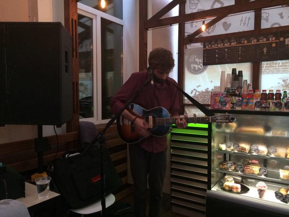 Музыкальные вечера у «Кофе Cаунд»: уличные выступления как городская культура