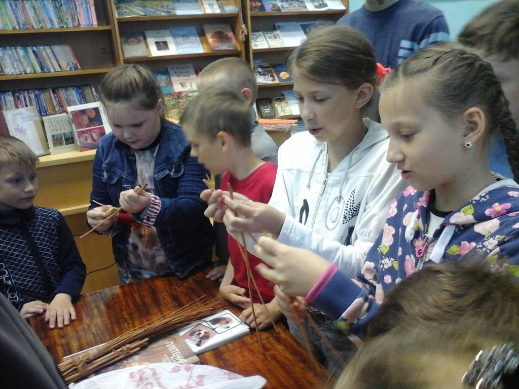В детской библиотеке имени А.П. Гайдара ребята из школьного лагеря учились плести из лозы.