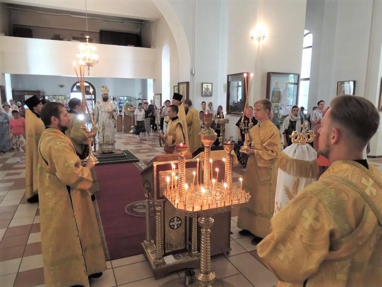 Воскресное всенощное бдение в Никольском кафедральном соборе