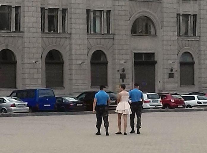 Молодой айтишник проспорил и вышел в центр Минска в платье: им заинтересовался ОМОН