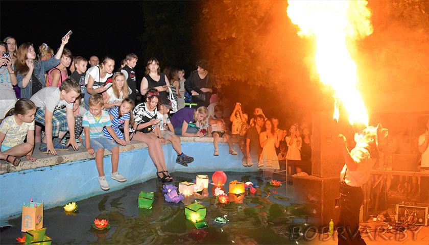 11 августа в ГУК «Парк культуры и отдыха г. Бобруйска» стартовал фестиваль водных фонариков. Организатор фестиваля—арт-проект «Зажигаем вместе». Настоящий фурор произвело фаер-шоу.