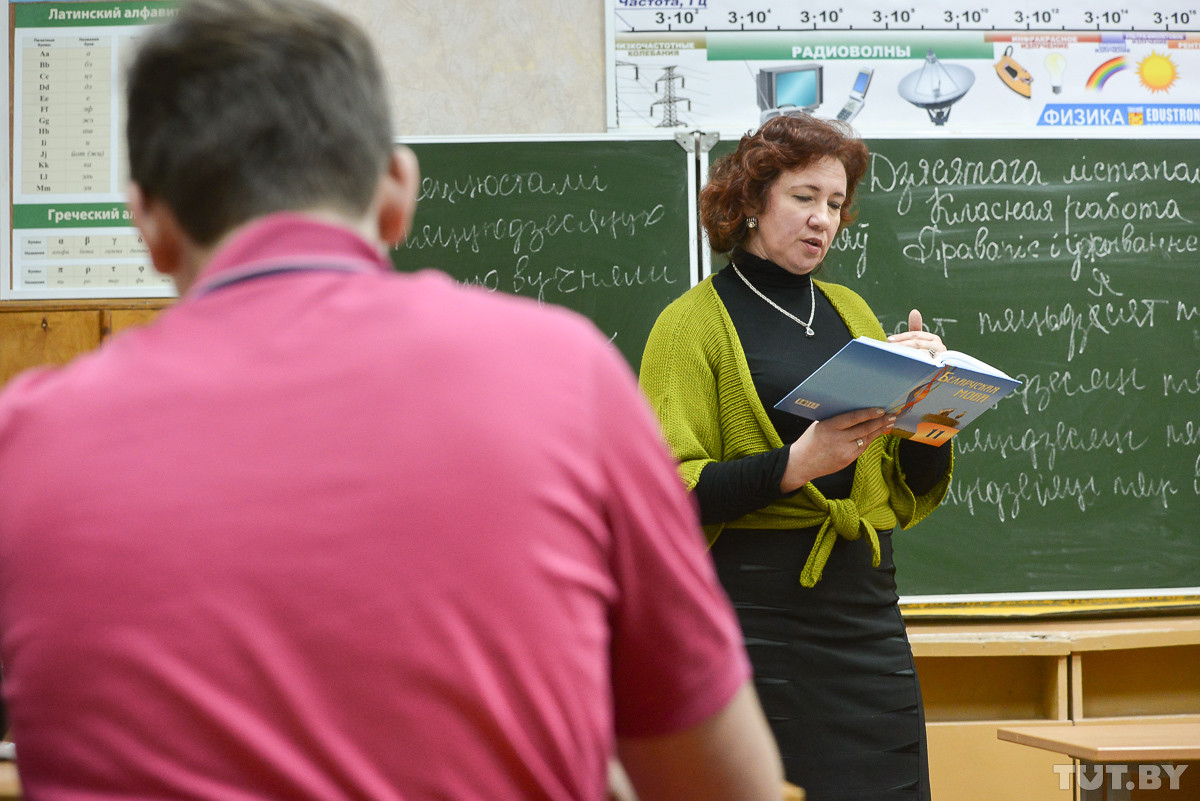 Президент требует поднять зарплаты бюджетникам. Совмин обещает к концу года по 800 рублей