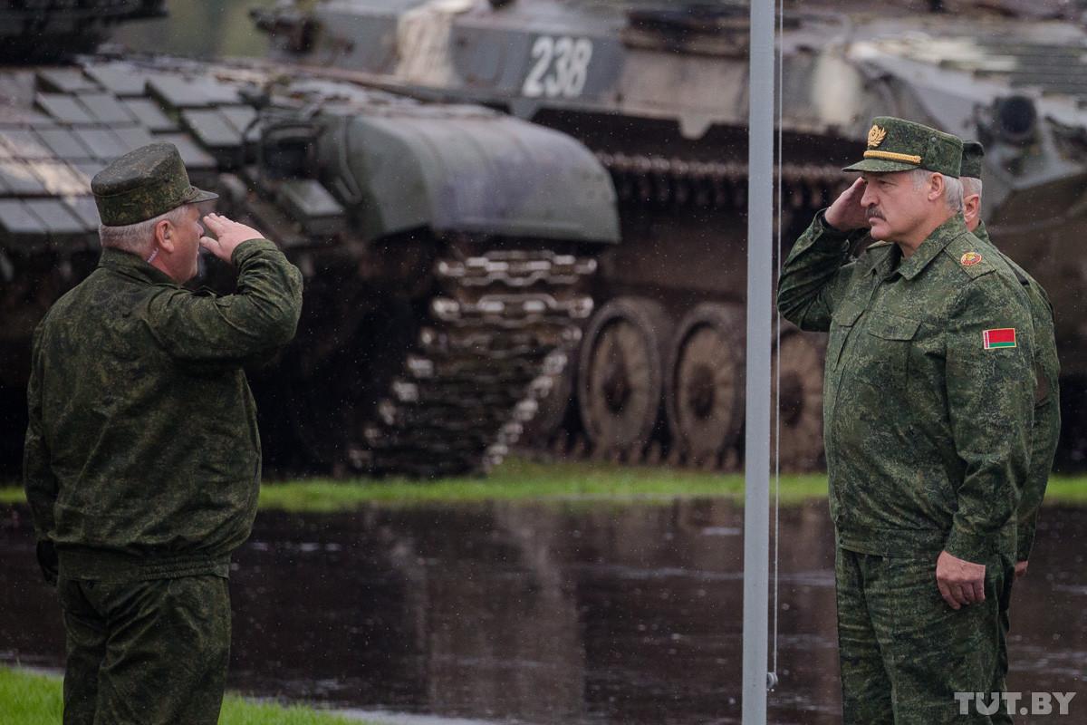 «Мы не хотим воевать. Но если дадут по морде, мы ответим». Лукашенко об итогах учений